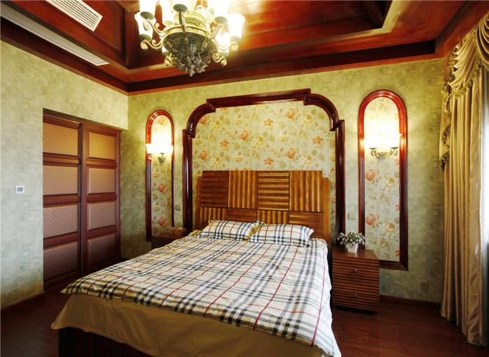 设计说明: 入户走进室内,映入眼帘的是优美弧线造型的拱门,张扬着来自意大利的建筑之美。淡雅、浓郁而厚重的色彩结合得恰到好处。高大开阔的客厅与餐厅间用拱门造型分割,似隔非隔,相互渗透,红棕色的木梁顶透着自然质朴之气。影音室还设有酒柜和酒吧,是家人和亲朋理想的聚会之处。